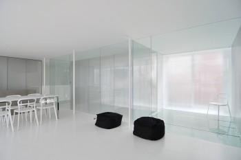 リビングより見る。右端の空間は床がガラスになっている。