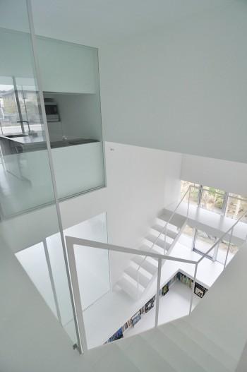 1階の絵本コーナーと階段室を見る。ぐるりと回り込んで空間を堪能しながら移動するデザイン。
