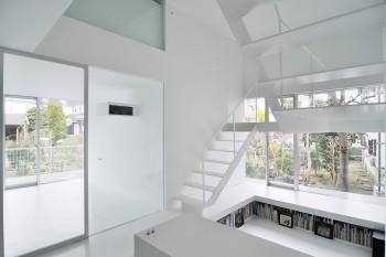 絵本コーナーは1階床よりも一段低くなった場所につくられている。