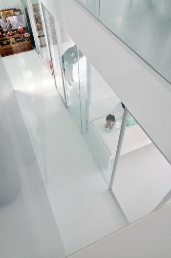 2階から吹抜けを見下ろす。右には子ども部屋が3つ並ぶ。