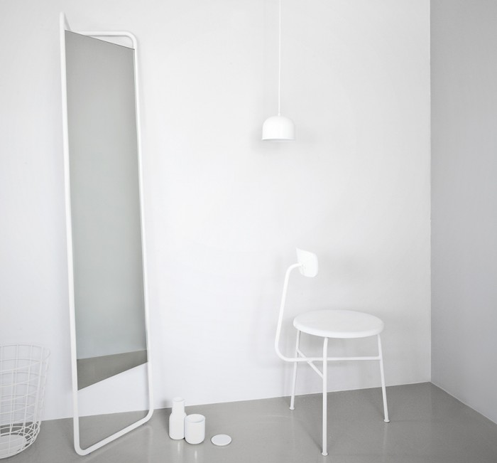 カシュカシュフロアミラー(ホワイト) W420 H1750 D200mm ¥52,000 MENU/ヤマギワオンラインストア
