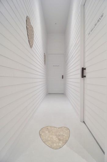 バンフォードのアイコン「ハート」をライムストーンでかたどった、印象的な床。