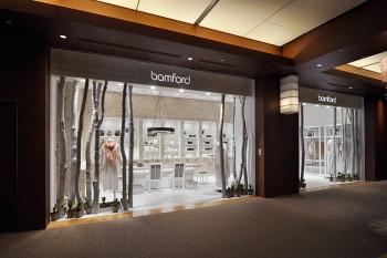 白く塗装したトネリコの木を印象的に配したフロント部分。足元には、レディ・バンフォードが大好きなスズランの花が並ぶ。