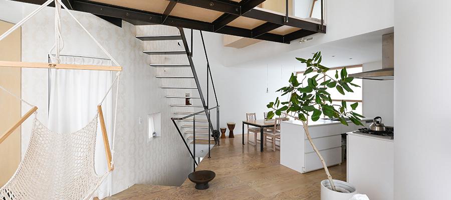 敷地のデメリットをメリットに読み替えて  LAのような開放的な空気感と、 連続する空間を満喫できる家