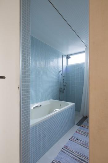 3階の浴室。ブルーのタイルが美しい。