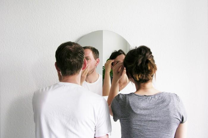 それぞれの鏡の正面に立つことで、一枚の鏡を二人同時に使える。