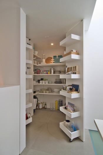 3階の食品庫。テーブルコーディネートの教室を開いているため、使用する食器などが収納できるこの広さが必要だった。