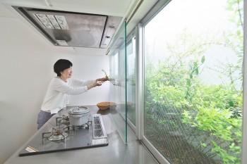 3階のキッチン。料理に使うローズマリーが窓を開けてすぐ摘み取れる。