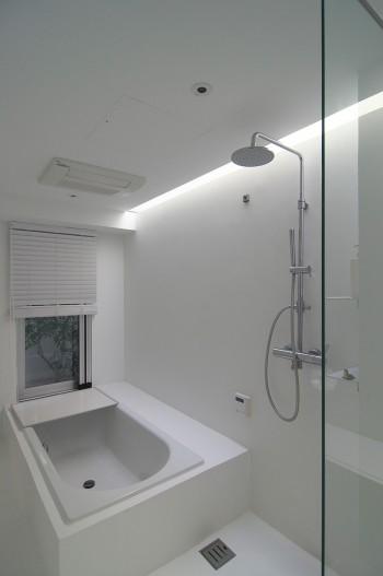 1階奥の浴室。奥さんのいちばんのリラックス空間という。浴槽は窓の位置に合わせて中央にずらされている。