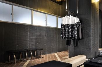 今回のテーマに合わせ黒く覆われた壁面。ハンガーも黒に統一。