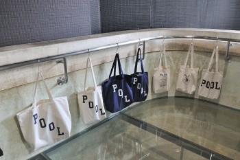 東京土産として人気の「スーベニアバッグ」定番色の白と紺。