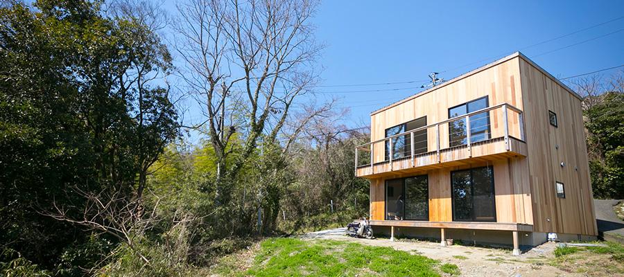 葉山の絶景を楽しむ  シンプルな家を 自分流に変化させて住む