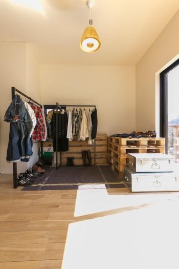収納は、まるでショップディスプレイのような見せるスタイルだ。ショッピング気分で着る服を選べる。