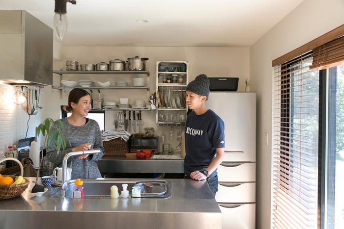 身長180cmの辰徳さんと168cmの玲子さん。おふたりとも身長が高いので、キッチンのカウンターの高さは95cmに。