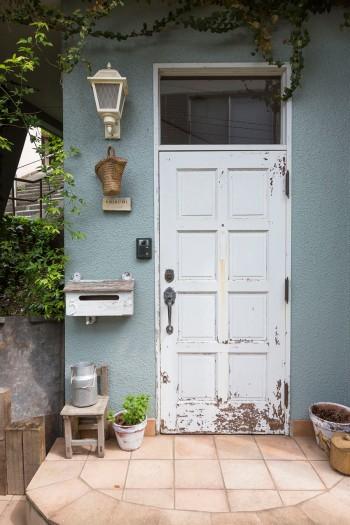 レンガ敷きのアプローチに朽ちたドア。ヨーロッパの古い館を思わせる佇まい。