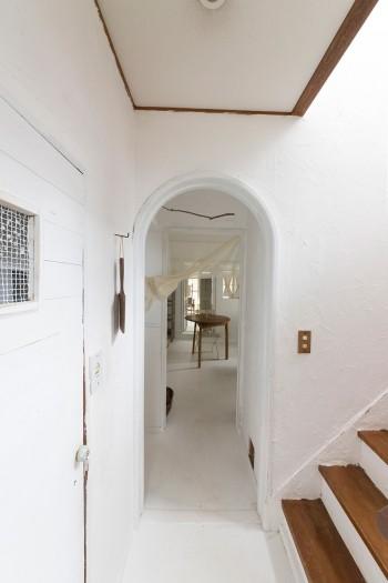 1階から2階まで、壁はすべて漆喰を塗装した。「ふたりでやるのは大変でした」。