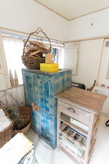 家具は骨董市などで手に入れたものを、色を塗ったりしてリメイクして使うことが多い。