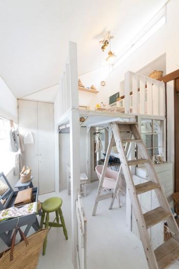 ツリーハウスをイメージして作った子供の遊び場。サイズがぴったり合ったイギリスの古い階段をセット。