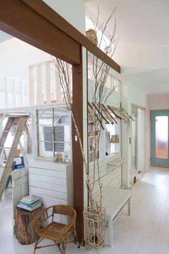 白樺の木をアレンジしてディスプレイ。梁のある空間が山小屋を思わせる。