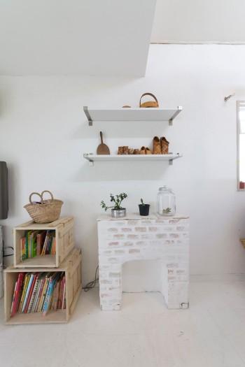 断熱材とレンガを使って煖炉風の家具を作成。ディスプレイ小物には、木と金属を組み合わせている。