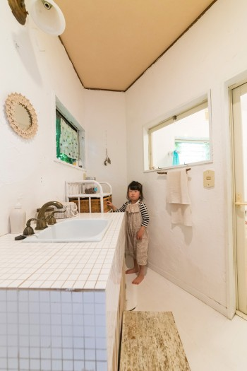 洗面、バスルームはタイル張りにこだわった。浴槽にもかわいい花模様のタイルが施されている。