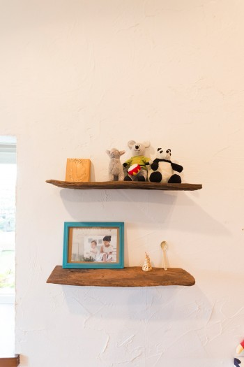 素朴な木材を使って小さな棚を設置。「天然素材を家の中にも使いたいんです」