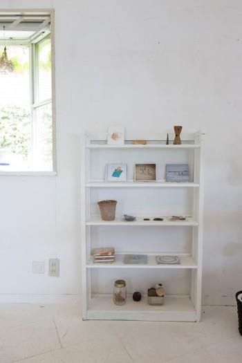 昭和の古い棚に白いペンキを塗装。小物は間隔を空けてディスプレイしている。