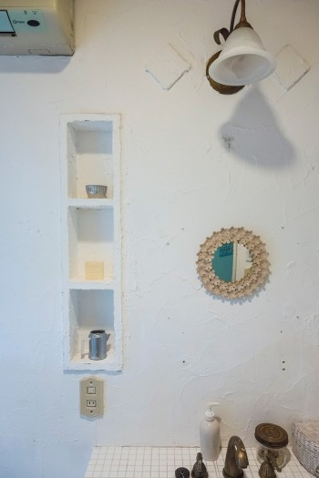 作り付けの棚に漆喰を塗り、ニッチのように見立てた。水道の蛇口もアンティーク調のものを選択。