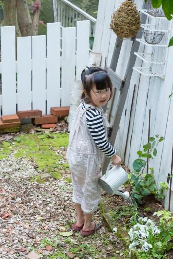 庭のフェンスも夫婦で作った。水やりは次女・虹枝ちゃん(5歳)のお仕事。