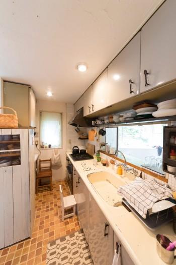 床のタイル張りから戸棚の取っ手の付け替えまで、キッチンも手間をかけてDIY。