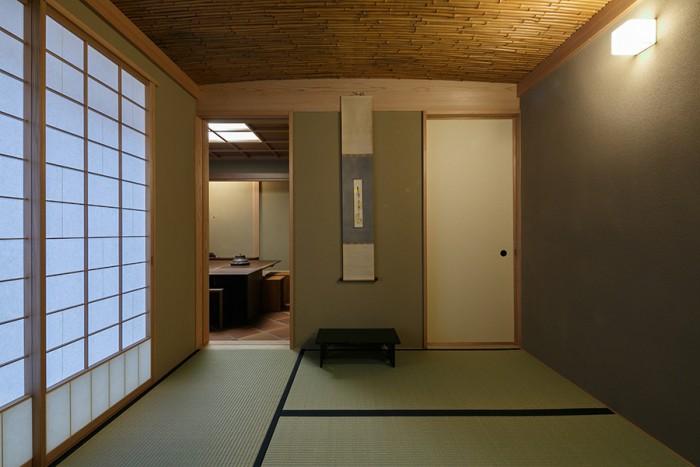茶席の前の控え室「寄付(よりつき)」。美しく弧を描く竹の天井や障子枠は「日本橋倶楽部」から移築。