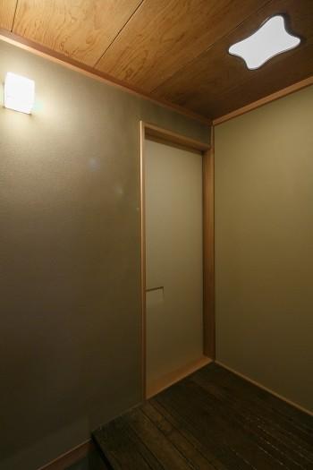 凝った形の天井の明り取り窓。この窓も日本橋倶楽部から。