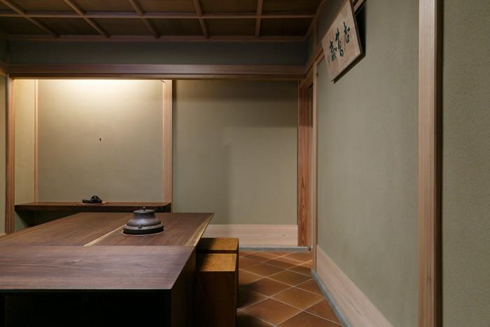 「広間」と呼ばれる大きめの茶室。小間よりも気軽な雰囲気で薄茶をいただく部屋なのだそう。床には、独特の赤褐色で知られる島根県の石州瓦を使っている。