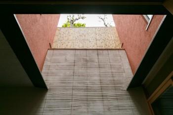 中庭から見上げると空が抜けて見える。