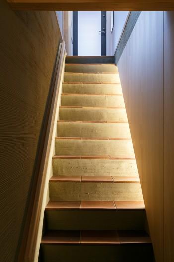 地下と1階をつなぐ階段。職人の手によって見事な左官仕事が施されている。