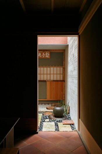 広間から小間の方を見る。広間の名前は「杏菖斎」、小間の名前は「龍子庵」といい、2人のお子様の名前から付けたそう。