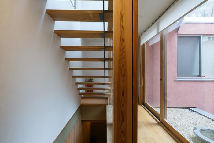 玄関を入ったところ。地下に行けば静謐な茶室、2階に行けば家族の団欒スペース。
