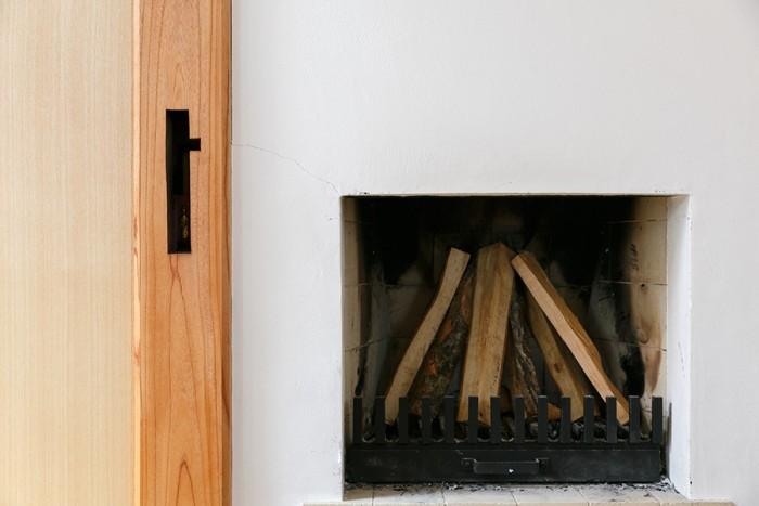 岸本家のパワースポット(?)。明治時代のケヤキの床柱と暖炉。