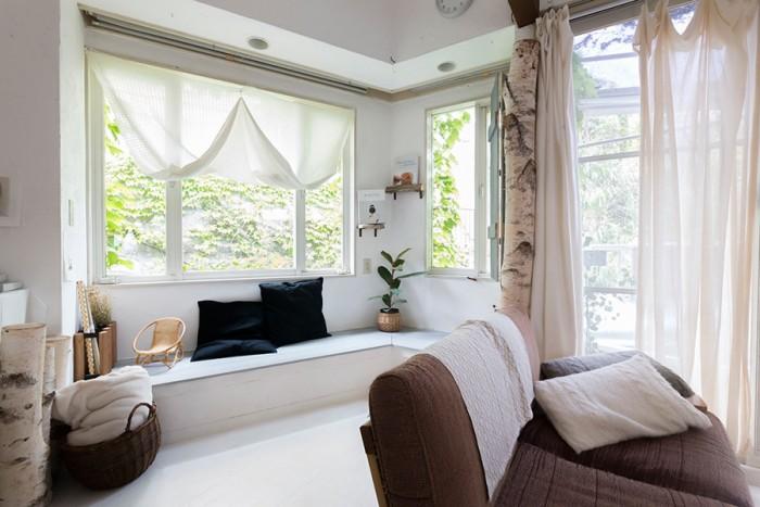 リビングの窓の向こうには庭や隣家の緑が広がり、森の中にいるよう。