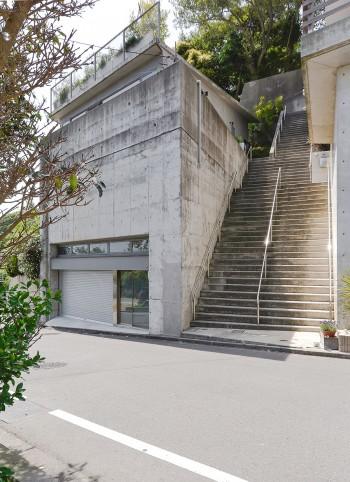 藤田邸は元々あった大きな擁壁の上に立つ。