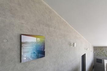 DKの階の壁にかかるのは土屋貴哉さんの作品。