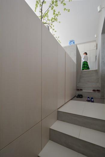 階段途中からDK方向を見上げる。靴のある場所が玄関でそこから上下に分かれてすすむ。