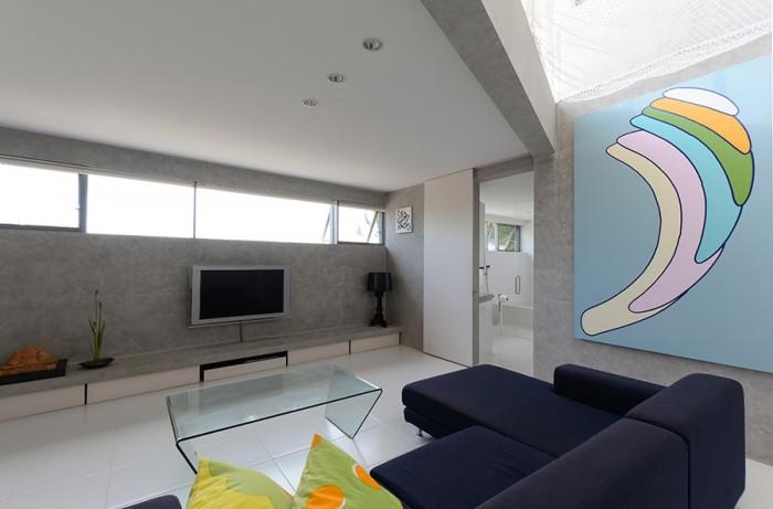 リビングの吹き抜け部分の壁にかかっているのは登山博文さんの作品。左の窓は海に正対している。