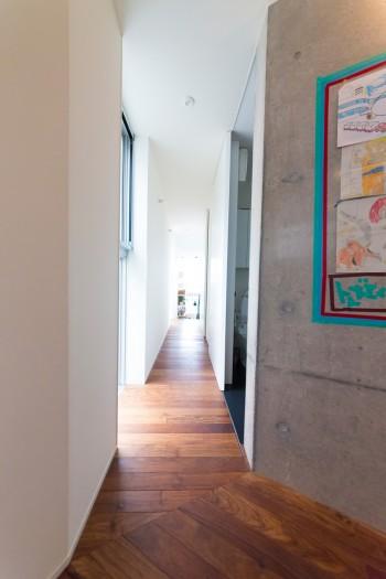 コンクリートと白壁、木の組み合わせがモダン。
