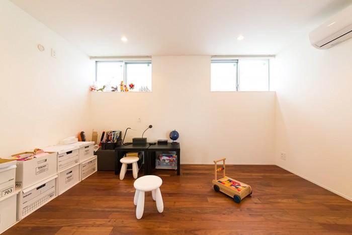 シンメトリーに設計してもらった子供部屋。おもちゃ箱などはフレキシブルに対応できるものを選択。