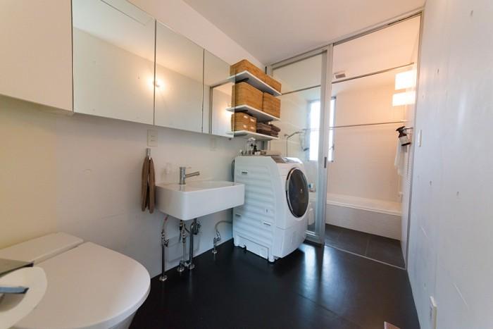 白が清潔なバスルーム。浴槽はタイル貼りにこだわった。壁は塗料をそのまま塗り厚みを軽減。シンクはスクエアな形で深さのあるものを探した。「丸型よりもスクエアな形に惹かれるんです」