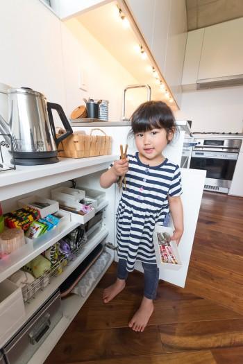 キッチン脇の食器棚。子供が取り出しやすい高さ。