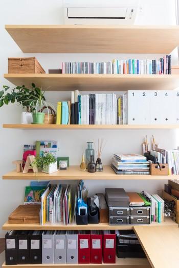 ワークスペース脇の作り付けの棚。書類などをわかりやすくファイリング。グリーンもほどよくアレンジ。