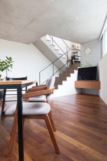 ダイニングテーブルは名古屋の家具屋にセミオーダー。黒のスチールの脚は、階段の手すりに合わせた。