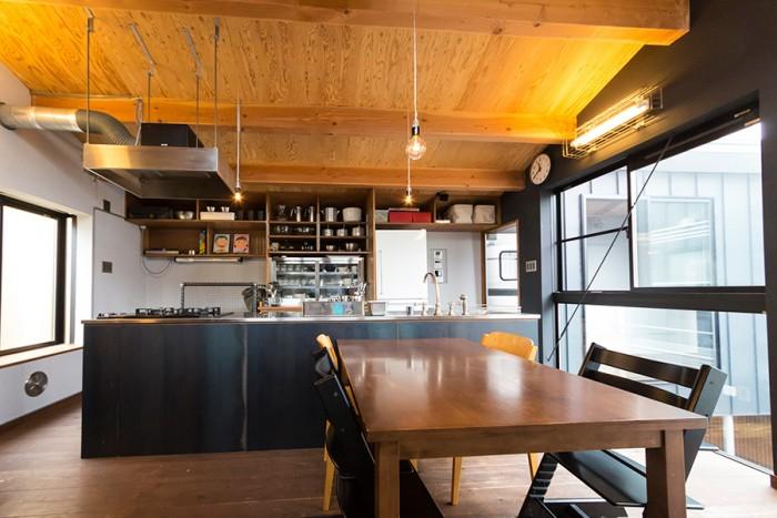 黒の壁とグレーの壁、木の天井と床の分量のバランスが絶妙なリビング。